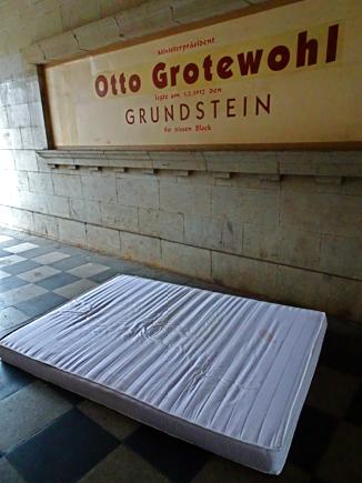 In einem Häuserdurchgang der Karl Marx Allee / Otto Grotewohl Grundstein
