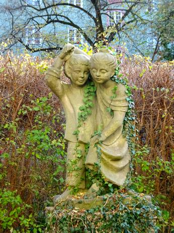 Kinderstatuen im Garten der Stille der Borstei München