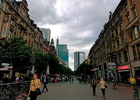Frankfurt am Main. Fußgänger-Einflugschneise vom Bahnhof.