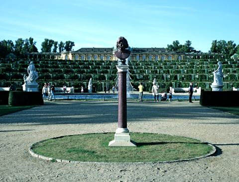 Blick aufs Schloss Sanssouci mit der neu dort platzierten Büste vom Herzog von Bracciano