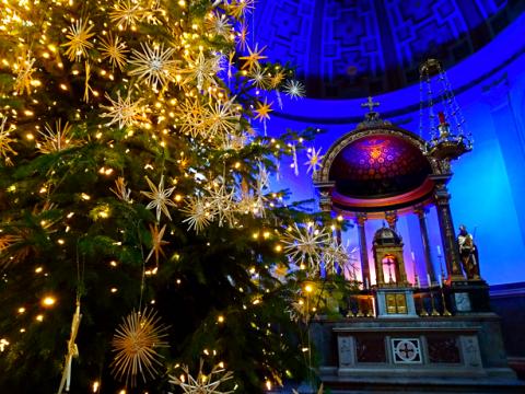 Weihnachtliche Deko in der St. Ursula Kirche Schwabing