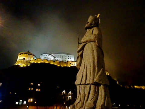 Nepomuk Denkmal vor der Festung und altstadt von Kufstein