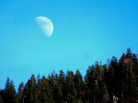 Mond über Bayrischzell am Nachmittag