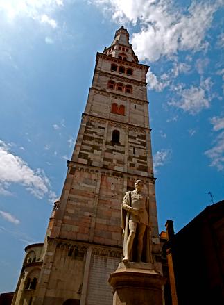 Ghirlandina - der Glockenturm vom Dom zu Modena