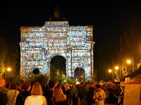 Beleuchtetes Siegestor beim Corso Leopold