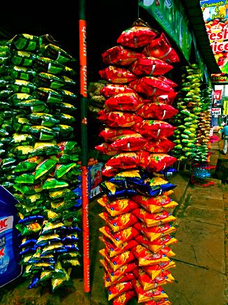 Chipstüten am Straßenshop in Dambulla