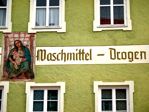Waschmittel/Drogen-Geschäftsfassade in der Füssener Altstadt