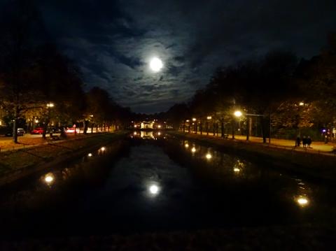 Auffahrtsalleen und Kanal beim Schloss Nymphenburg in der Nacht