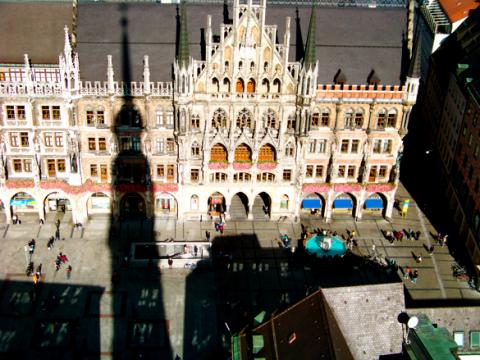 Münchner Rathaus im Schatten vom Alten Peter