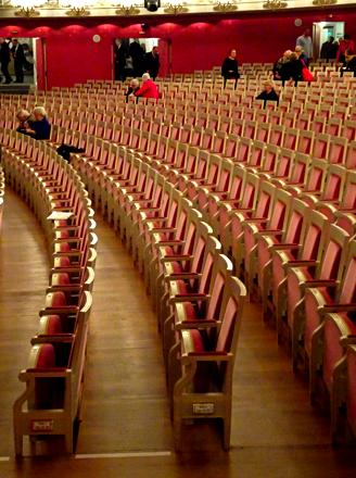 Stuhlreihen im Nationaltheater der Bayerischen Staatsoper