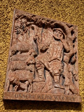 Relief an der Außenfassade der Borstei