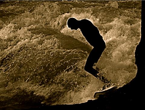 Surfer auf Eisbachwelle