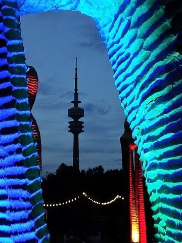 Blick vom Sommertollwood auf den Münchner Fernsehturm