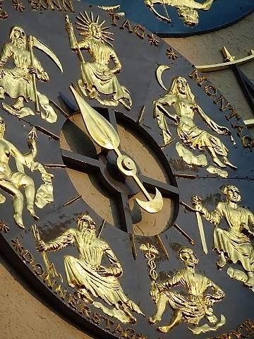 Uhr im Innenhof des Deutschen Muesums