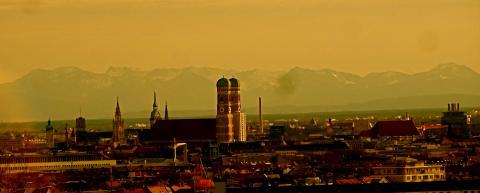 München Stadtsilhoette mit Bergen