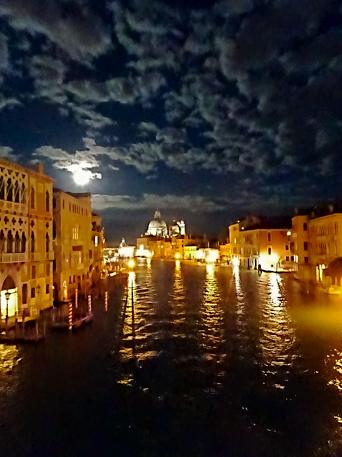 Nachtansicht von der Academia-Brücke in Venedig